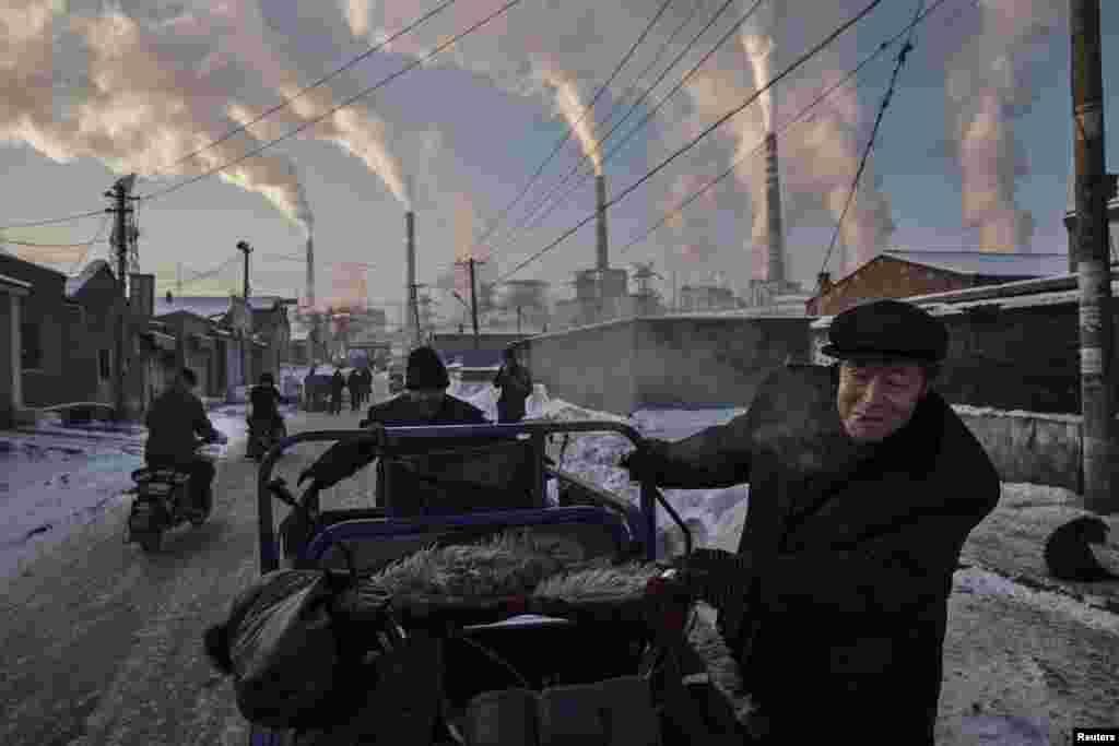 Перше місце в номінації «Повсякденне життя» дісталося Кевіну Фраєру (Kevin Frayer). Китайські чоловіки біля вугільної електростанції в Шаньсі, 26 листопада 2015 року