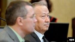 Подсудимые бывший председатель комитета национальной безопасности Казахстана Альнур Мусаев и бывший помощник Рахата Алиева Вадим Кошляк (слева). Вена, 14 апреля 2015 года.