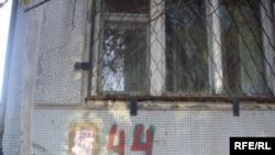 Водители грузовиков проводят голодовку протеста в этом доме. Актобе, 19 октября 2009 года.