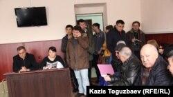 Перед началом суда. Крайний слева - лидер Коммунистической партии Толеубек Махыжанов. Алматы, 25 февраля 2015 года.