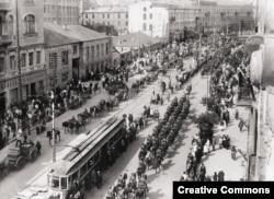 Полски войски маршируват в Киев през май 1920 г.