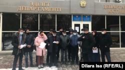 Члены инициативной группы по созданию партии «Халық таңдауы» перед зданием департамента юстиции. 4 декабря 2020 года.