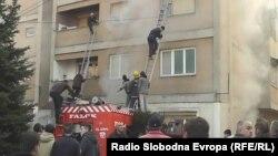 Пожарникари гаснат пожар во станбена зграда во Тетово.