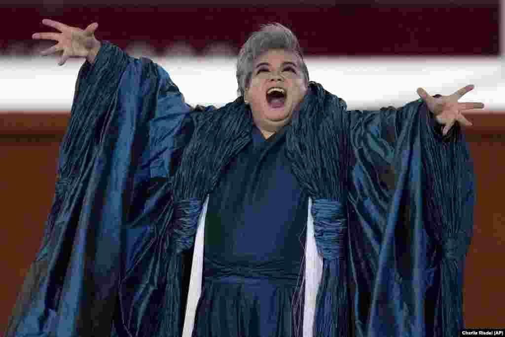 Жапониянын опера ырчысы Томотака Окамото ырдап жаткан учур.