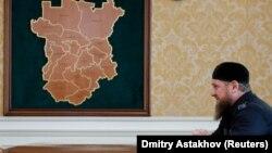 Глава Чечни Рамзан Кадыров и карта Чечни, архивное фото