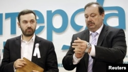 Gennady Gudkov (right) and Ilya Ponomaryov announce the formation of a new opposition party, the Social Democratic Union of Russia, in March.