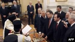 Новите грчки министри даваат заклетва во Претседателската палата во Атина на 17 јуни 2011.