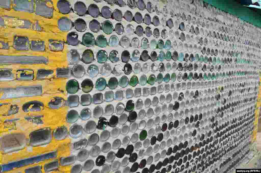 Стена бани из стеклянных бутылок.