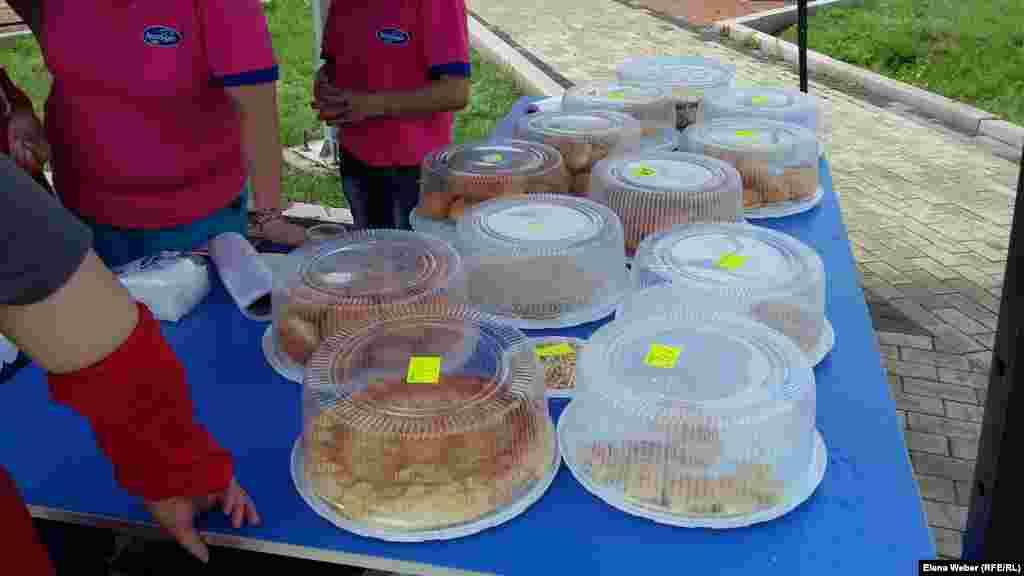 Женщины, продававшие на экологической ярмарке домашнюю выпечку, сказали, что отдадут все вырученные от продажи средства на очистку Малого озера в Караганде.