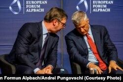 Presidenti i Serbisë, Aleksandar Vuçiq dhe ai i Kosovës, Hashim Thaçi në konferencën në Alpbach të Austrisë.