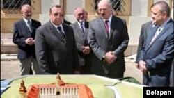 Лукашэнка разглядае макет адбудовы Нясьвіскага замку, 2008 год.