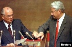 Михаил Горбачев и Борис Ельцин на заседании Верховного Совета 23 августа 1991 года