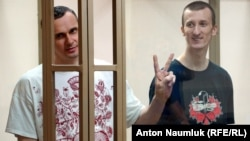 Ukrainian film director Oleh Sentsov (left) and his co-defendant Oleksandr Kolchenko attend a hearing at a court in the city of Rostov-on-Don in August.