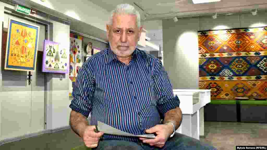 Mamut Çurlu - Ukrainada nam qazanğan ressam, Gasprinskiy adına mükâfatnıñ laureatı - sergini açılışını azırlay