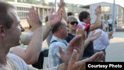 Акция солидарности с демонстрантами на железнодорожном вокзале. Беларусь, 20 июля 2011 года.