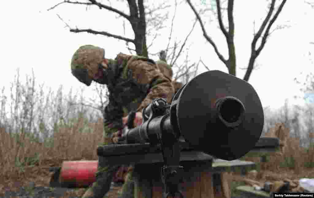 Украинский солдат чистит оружие. Наблюдатели отмечают, что Россия и прежде совершала крупные переброски войск в связи с военными учениями. Но некоторые аналитики говорят, что масштабы последних перемещений российской военной техники намного превышают масштабы, которые были раньше.