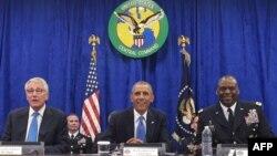 Президент США Барак Обама принял участие в брифинге с министром обороны Чаком Хейгелом и командующим Центрального командования США генералом Ллойдом Остином в СЕНТКОМе в Тампе, штат Флорида
