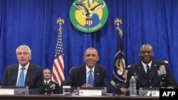 U.S. President Barack Obama (center) takes part in a briefing with Defense Secretary Chuck Hagel (left) and the commander of U.S. Central Command, General Lloyd Austin, at U.S. Central Command in Tampa, Florida, on September 17.