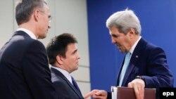 Генсек НАТО Йенс Столтенберг, глава МИД Украины Павел Климкин и госсекретарь Керри в Брюсселе