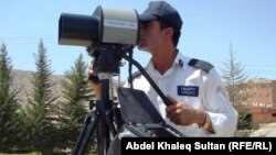 شرطة المرور تراقب سرعة السيارات في طريق بدهوك