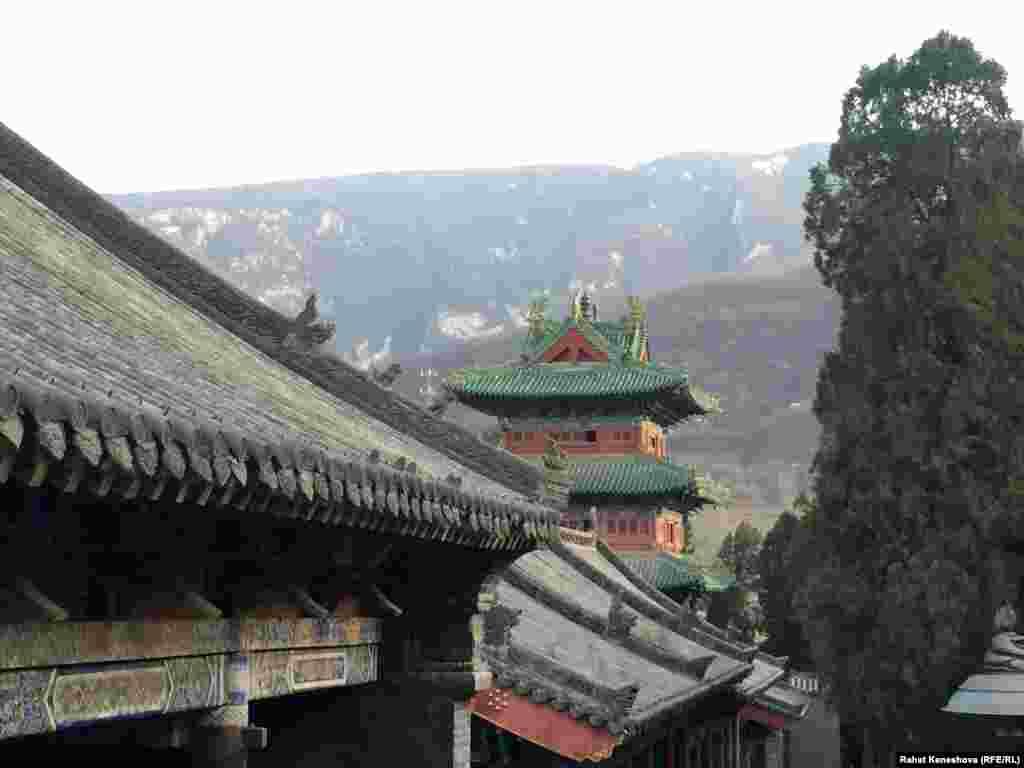 Монастырь расположен на горе Суншань.