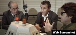 """Șerban Orescu, Neculai Constantin Munteanu, Emil Hurezeanu, în studioul Europei Libere de la Munchen, stop cadru din filmul """"Cold Waves"""" de Alexandru Solomon"""