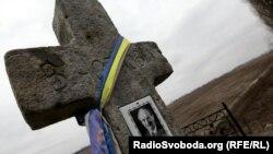 Біля хреста на місці загибелі В'ячеслава Чорновола, Київщина, 25 березня 2016 року