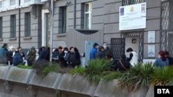 Emberek állnak sorban a munkaügyi hivatal előtt Bulgáriában, Varna városában.