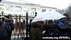 Журналісти чергують біля будівлі, де відбувається зустріч Тристоронньої контактної групи і представників сепаратистів, Мінськ, 31 січня 2015 року