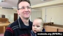 Алесь Лагвінец з сынам у залі суду 27 сакавіка