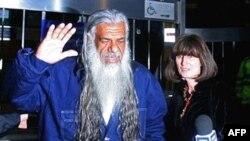 آقای البناء هنگام خروج از دادگاه به خبرنگاران گفت: «من خسته ام، می خواهم بروم خانه و بچه هايم را ببينم.»