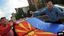 Архивска фотографија: Луѓе ја слават препораката за почеток на преговори со ЕУ во октомври 2009 година.