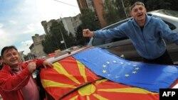 Građani sa zastavama Makedonije i EU ispred zgrade Vlade u Skoplju na dan kada je Evropska komisija dala jednu od niza preporuk za pregovore sa Makedonijom, 2009.