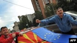 Граѓани со македонското и знамето на ЕУ по позитивниот извештај од ЕК