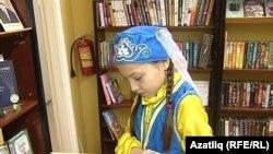 Альбина Гыйззатуллина татар китапларын яратып укый