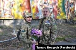 Тамара Довгич (зліва) з побратимом