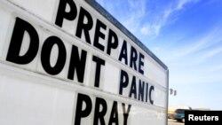 Një mbishkrim në Luiziana, ku shkruan: Përgatitu, mos paniko, lutu...