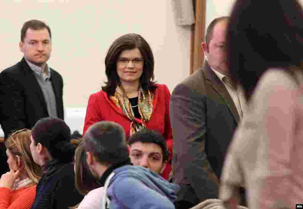 СЕВЕРНА МАКЕДОНИЈА - Скопското Основно јавно обвинителство денеска соопшти дека поднело обвинение портив поранешна пратеничка во македонското Собрание која се товари за продолжено кривично дело - измама. Од ОЈО информираат дека станува збор за предметот во јавноста познат како Друмарина. Според ОЈО, екс-пратеничката се товари дека со невалидни фискални сметки за патарина добила исплата на над 100 илјади евра.