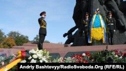 Ілюстративне фото. Квіти біли пам'ятника жертвам розстрілів у Бабиному Яру. Київ, Україна, жовтень 2011 року