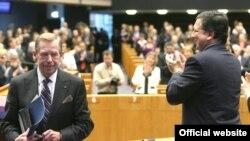 Чехиянын мурдакы президенти Васлав Гавел(солдо) Европарламентте Борбордук жана Чыгыш Европадагы демократиялык өзгөрүүлөрдүн 20 жылдыгына байланыштуу доклад жасагандан кийин. 11-няоюбрь 2009