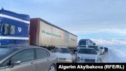 Бишкек-Ош жолундагы унаа тыгыны. Төө-Ашуу. Февраль, 2021-жыл.