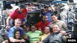 Экипажи космической экспедиции STS – 116 на шаттле Discovery и члены 14-й экспедиции на МКС сфотографировались в тот момент, когда прилетевшие на Discovery астронавты перешли на станцию.