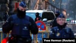 Автомобіль, яким, ймовірно, транспортували Абдеслама, заїжджає на територію суду в Брюсселі