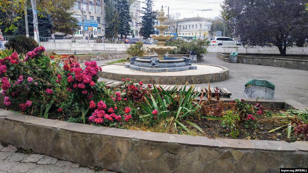 Поблизу розташовані квіткові острівці та фонтан