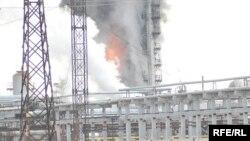 Атырау мұнай өңдеу зауыты өртеніп жатыр. Атырау, 13 қаңтар 2010 жыл.