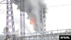 Пожар на Атырауском нефтеперерабатывающем заводе. Горит установка замедленного коксования (УЗК). Атырау, 13 января 2009 года.