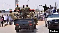 Военные и демонстранты на улице Хартума. 11 апреля 2019 года