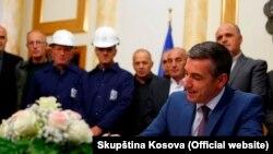 Predsednik Skupštine Kosova, Kadri Veselji prilikom potpisivanja Zakona o Trepči, Priština 10. oktobra 2016.