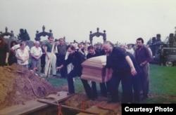 Александр Генис и Петр Вайль на похоронах Сергея Довлатова. Август 1990 года