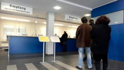O želji za odlaskom najbolje govore redovi pred ambasadama i iskustva agencija koje nude pomoć za snalaženje u novim državama (Fotografija iz jedne od agencija za posao u Njemačkoj)